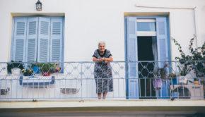 anziana-finestra